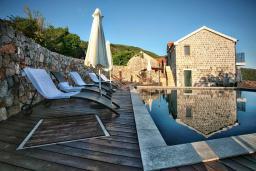 Бассейн. Черногория, Росе : Каменный дом с бассейном и двориком, 3 гостиные, 5 спален, 5 ванных комнат, барбекю, парковка, Wi-Fi