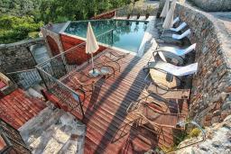 Зона отдыха у бассейна. Черногория, Росе : Каменный дом с бассейном и двориком, 3 гостиные, 5 спален, 5 ванных комнат, барбекю, парковка, Wi-Fi