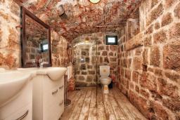 Ванная комната 2. Черногория, Росе : Каменный дом с бассейном и двориком, 3 гостиные, 5 спален, 5 ванных комнат, барбекю, парковка, Wi-Fi