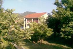 Фасад дома. Черногория, Биела : Двухэтажный дом в 70 метрах от пляжа, гостиная, 4 спальни, 3 ванные комнаты, зеленый дворик, парковка
