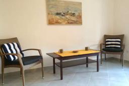 Гостиная. Черногория, Биела : Двухэтажный дом в 70 метрах от пляжа, гостиная, 4 спальни, 3 ванные комнаты, зеленый дворик, парковка