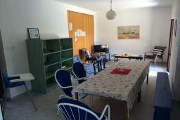 Обеденная зона. Черногория, Биела : Двухэтажный дом в 70 метрах от пляжа, гостиная, 4 спальни, 3 ванные комнаты, зеленый дворик, парковка