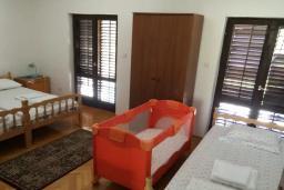 Спальня. Черногория, Биела : Двухэтажный дом в 70 метрах от пляжа, гостиная, 4 спальни, 3 ванные комнаты, зеленый дворик, парковка