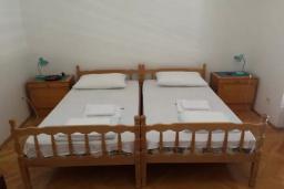 Спальня 2. Черногория, Биела : Двухэтажный дом в 70 метрах от пляжа, гостиная, 4 спальни, 3 ванные комнаты, зеленый дворик, парковка