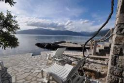 Терраса. Черногория, Крашичи : Каменный дом на берегу с шикарным видом на море, 3 гостиные, 4 спальни, 4 ванные комнаты, большая терраса