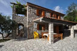 Фасад дома. Черногория, Крашичи : Каменный дом на берегу с шикарным видом на море, 3 гостиные, 4 спальни, 4 ванные комнаты, большая терраса