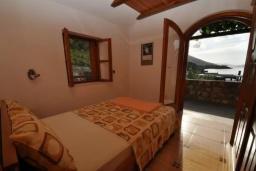 Спальня 2. Черногория, Крашичи : Каменный дом на берегу с шикарным видом на море, 3 гостиные, 4 спальни, 4 ванные комнаты, большая терраса