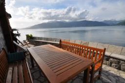 Вид на море. Черногория, Крашичи : Каменный дом на берегу с шикарным видом на море, 3 гостиные, 4 спальни, 4 ванные комнаты, большая терраса