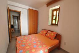 Спальня 4. Черногория, Крашичи : Каменный дом на берегу с шикарным видом на море, 3 гостиные, 4 спальни, 4 ванные комнаты, большая терраса