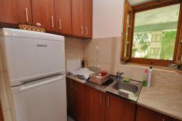 Кухня. Черногория, Крашичи : Каменный дом на берегу с шикарным видом на море, 3 гостиные, 4 спальни, 4 ванные комнаты, большая терраса