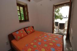 Спальня. Черногория, Крашичи : Каменный дом на берегу с шикарным видом на море, 3 гостиные, 4 спальни, 4 ванные комнаты, большая терраса