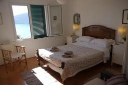 Спальня. Черногория, Герцег-Нови : Вилла с шикарным видом на море, 2 гостиные, 5 спален, 3 ванные комнаты, дворик с местом для барбекю