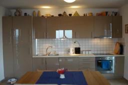 Кухня. Черногория, Герцег-Нови : Вилла с шикарным видом на море, 2 гостиные, 5 спален, 3 ванные комнаты, дворик с местом для барбекю