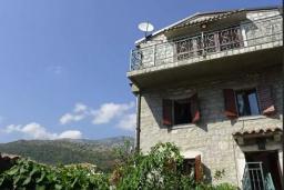 Фасад дома. Черногория, Рафаиловичи : Каменный дом в 100 метрах от моря, 4 спальни, 3 ванные комнаты, большая терраса