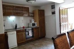 Кухня. Черногория, Рафаиловичи : Каменный дом в 100 метрах от моря, 4 спальни, 3 ванные комнаты, большая терраса