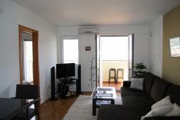 Гостиная. Черногория, Будва : Апартамент с балконом и видом на море, с гостиной и отдельной спальней