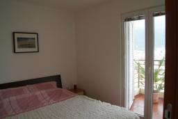 Спальня. Черногория, Будва : Апартамент с балконом и видом на море, с гостиной и отдельной спальней