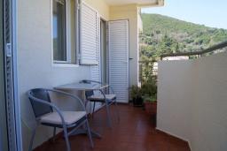 Балкон. Черногория, Будва : Апартамент с балконом и видом на море, с гостиной и отдельной спальней