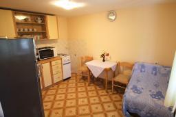 Кухня. Черногория, Ораховац : Студия с террасой в 20 метрах от пляжа
