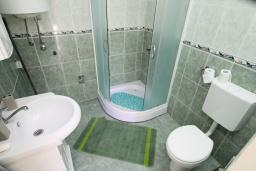 Ванная комната. Черногория, Ораховац : Студия с террасой в 20 метрах от пляжа