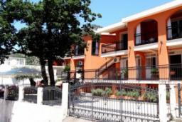 Фасад дома. Черногория, Сутоморе : Вилла с видом на море, гостиная, 4 спальни, 3 кухни, 4 ванные комнаты, большая терраса, место для барбекю, парковка