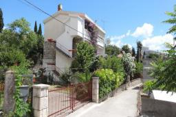 Фасад дома. Черногория, Сутоморе : Вилла с видом на море в 100 метрах от пляжа, гостиная, три спальни, дворик, место для барбекю, парковка