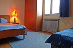 Спальня. Черногория, Сутоморе : Вилла с видом на море в 100 метрах от пляжа, гостиная, три спальни, дворик, место для барбекю, парковка