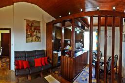 Гостиная. Черногория, Сутоморе : Вилла с видом на море в 100 метрах от пляжа, гостиная, три спальни, дворик, место для барбекю, парковка