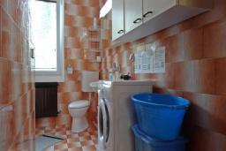 Ванная комната. Черногория, Сутоморе : Вилла с видом на море в 100 метрах от пляжа, гостиная, три спальни, дворик, место для барбекю, парковка