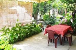 Терраса. Черногория, Сутоморе : Домик с террасой в 100 метрах от пляжа