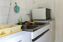 Кухня. Черногория, Сутоморе : Домик с террасой в 100 метрах от пляжа