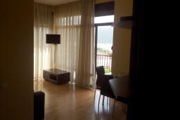 Гостиная. Черногория, Зеленика : Апартамент с балконом и видом на море, с гостиной и отдельной спальней