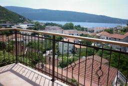 Вид на море. Черногория, Зеленика : Апартамент с балконом и видом на море, с гостиной и отдельной спальней
