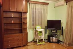 Гостиная. Черногория, Дженовичи : Апартамент в 5 метрах от моря, гостиная, 3 спальни, 2 ванные комнаты