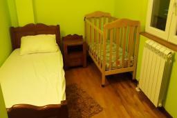 Спальня 3. Черногория, Дженовичи : Апартамент в 5 метрах от моря, гостиная, 3 спальни, 2 ванные комнаты