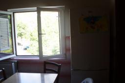 Кухня. Черногория, Ораховац : Апартамент недалеко от пляжа, 2 спальни, большой балкон с видом на море