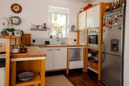 Кухня. Черногория, Будва : Пентхаус с шикарным видом на море, гостиная, 3 спальни, 2 ванные комнаты