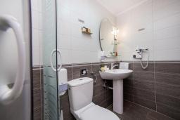 Ванная комната. Черногория, Ораховац : Семейный люкс с одной спальней и видом на море