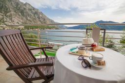 Балкон. Черногория, Ораховац : Семейный полулюкс с видом на море