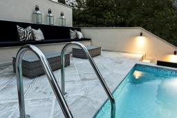 Зона отдыха у бассейна. Casa del Mare - Pietra 4* в Доброте
