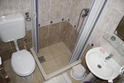Черногория, Игало : Комната для двух человек с собственной ванной и холодильником рядом с институтом Игало