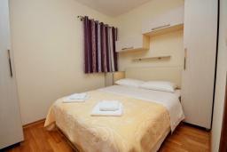 Спальня. Черногория, Рафаиловичи : Апартамент в 50 метрах от пляжа, с гостиной, отдельной спальней и балконом