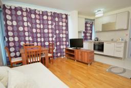 Гостиная. Черногория, Рафаиловичи : Апартамент в 50 метрах от пляжа, с гостиной, отдельной спальней и балконом
