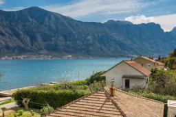 Вид на море. Черногория, Прчань : Двухместный номер в 20 метрах от пляжа