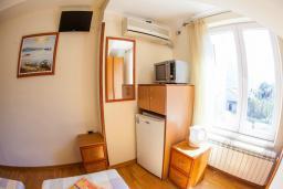 Спальня. Черногория, Прчань : Двухместный номер в 20 метрах от пляжа