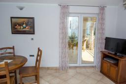 Гостиная. Черногория, Прчань : Апартамент с балконом и видом на море, гостиная, отдельная спальня
