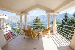 Балкон. Черногория, Прчань : Апартамент с балконом и видом на море, гостиная, отдельная спальня