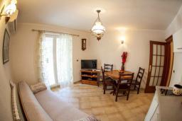 Гостиная. Черногория, Прчань : Апартамент с террасой и видом на море, гостиная, отдельная спальня