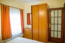 Спальня. Черногория, Прчань : Апартамент с балконом и видом на море, гостиная, отдельная спальня
