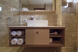 Ванная комната. Черногория, Добра Вода : Улучшенный номер с видом на море
